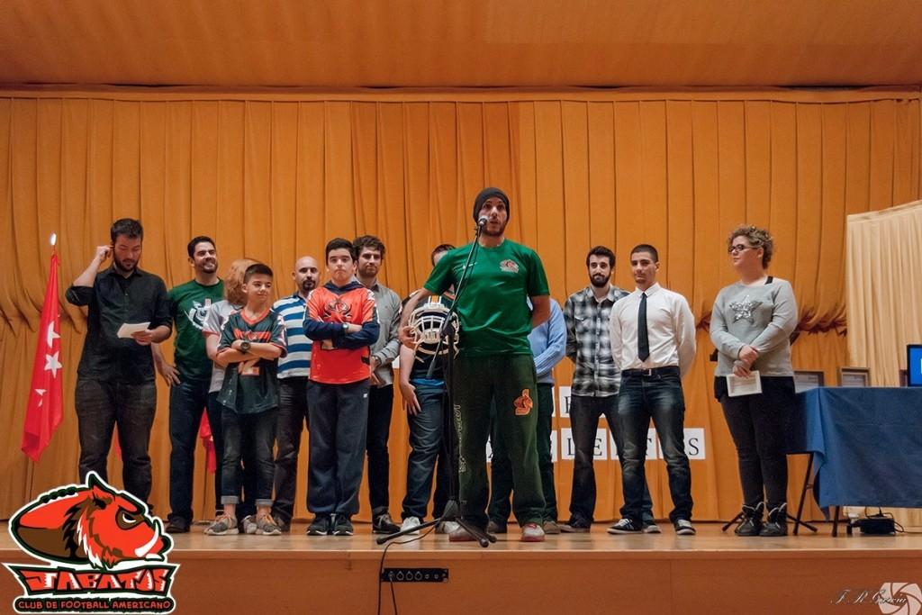 La representación Jabata, con Nacho al frente, llenando el auditorio de color