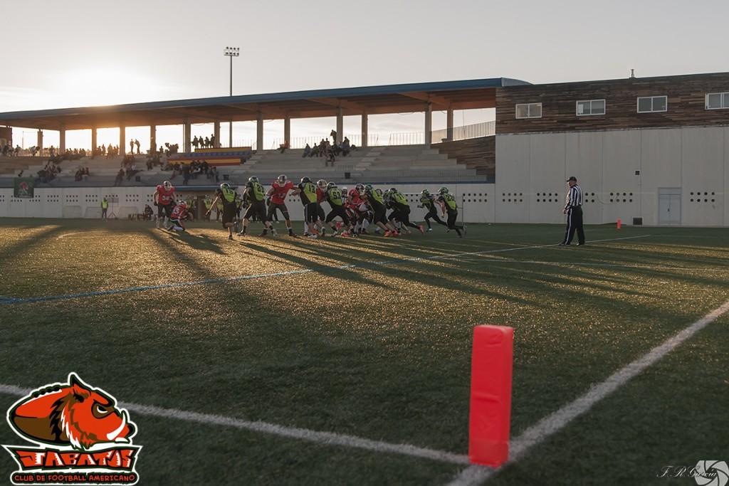 Charly #54 buscando la patada a palos tras un de los touchdowns Jabatos